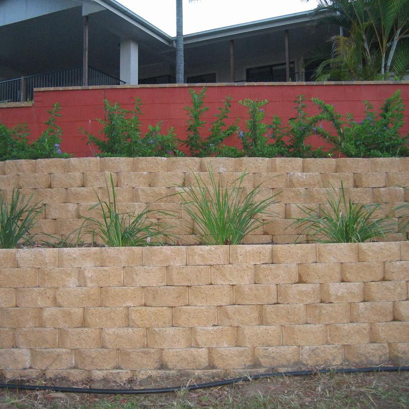 Link and besser block retaining wall
